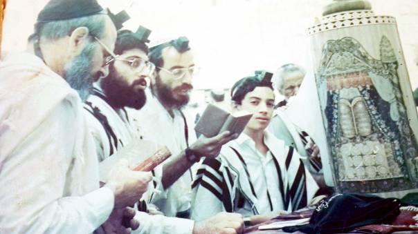 בר מצווה ליהודה יפרח בכותל, עם אביו ובני משפחה, 1989 צילום: באדיבות המשפחה