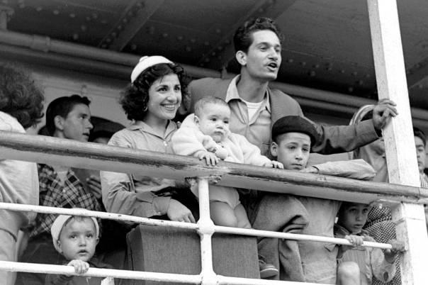 """להרגיש בני בית. עולים חדשים ממרוקו בנמל חיפה, 1954  צילום: לע""""מ"""