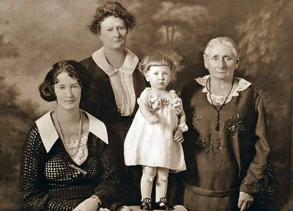 אף אחת מהנשים בבית לא מפגינות שמץ של רכות וחיבה צילום: Thinkstock