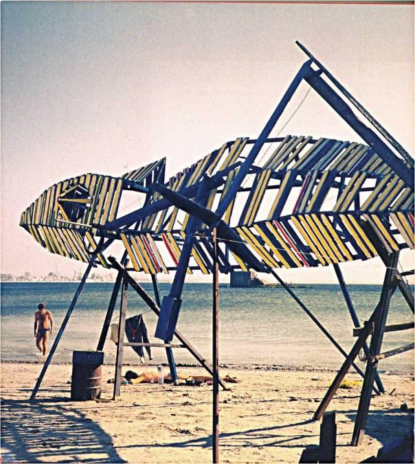 """כשאחזה האש בפסל אי אפשר היה שלא לומר: """"אוי, כמה זה יפה"""". מיצג הזיקית בחוף עכו, 1985"""