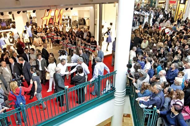 'דמות הצבר' התחלפה באלילות הכסף של התרבות הקפיטליסטית. פתיחת H&M בקניון מלחה, ירושלים, 2010 צילום: פלאש 90