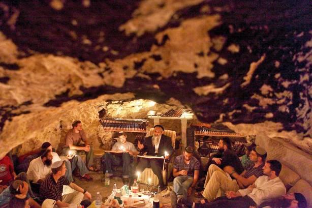 אופייה הפרטיקולרי מטושטש לחלוטין. לימודי קבלה במערה ליד מושב 'בית מאיר' צילום: פלאש 90