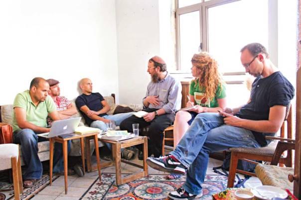 מבקשים לבנות מערכת של נאמנות קהילתית. הרב אהרון לייבוביץ מנחה את בעלי העסקים שוויתרו על תעודת הכשרותצילום: איתי עקירב