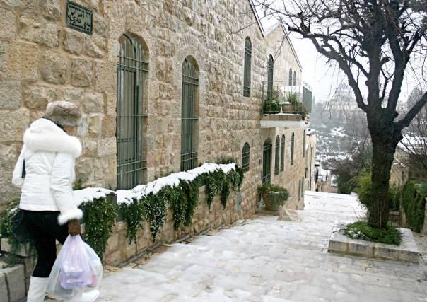 בליל חורף קר יצאה הרבנית לחלק עצים לעניי ירושלים. שלג בשכונת ימין משהצילום: מרים צחי