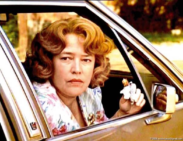 מורלי יצר אישה המדירה את ידיה מבישול ארוחות, ויוצאת לחופשי מתוך הסרט 'עגבניות ירוקות מטוגנות', 1991