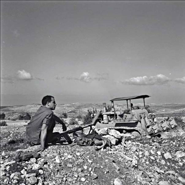"""הרב הותקף על ידי רבנים בשל תמיכתו במחללי שבת. הכשרת קרקע בגליל העליון, 1960צילומים: ורנר בראון ומשה שוויקי, ארכיון הצילומים קק""""ל"""