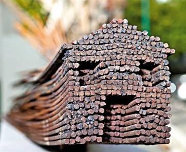 השירה מבקשת לחגוג את העכשיוהילה ליזר בג'ה, 'חלקיק אלמנטרי', מוצג בבית האמנים, תל־אביב