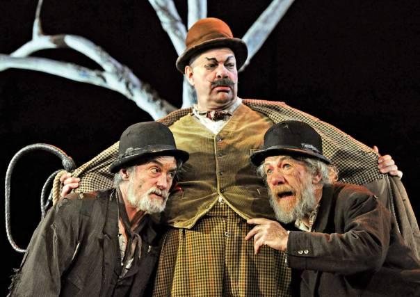 תכליתן של הדמויות היא הציפייה לבואו של האחד. מתוך המחזה 'מחכים לגודו' צילום: A.F.P