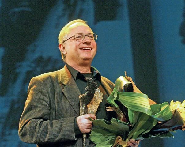 מייעץ לכולם להיות סופרים. ג'ורג' שפירו מקבל את פרס אנג'לוס לספרות, 2010