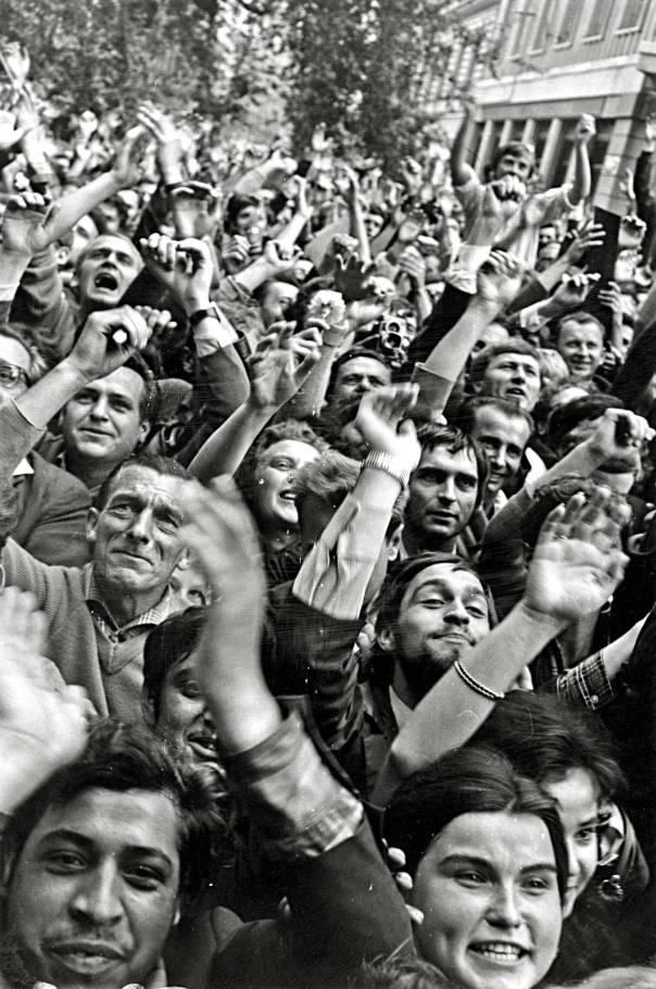 הפגנת המונים נגד הפלישה הסובייטית. צ'כוסלובקיה 1968 צילום: gettyimages