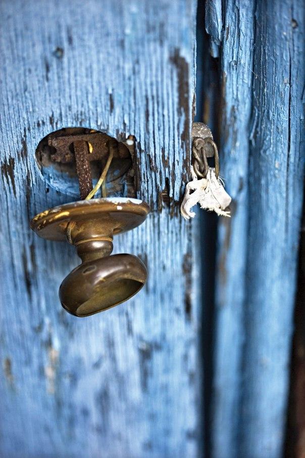 רק תנועה קלה של הושטת יד והיסט המנעול הפסיקה בינה ובין הדוד. צילום: thinkstock