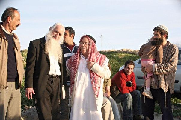 כאב הקרע בין חלום הארץ לחלום האנושיות. הרב פרומן עם השייח' אבו אל־הווא. צילום: מרים צחי
