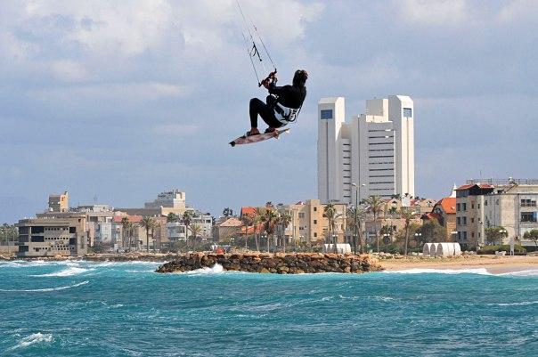 לשורר בין שני הענקים האלו, בין צמד הניגודים של הים וההר. חוף בת גלים, חיפה, 2009 צילום: פלאש 90