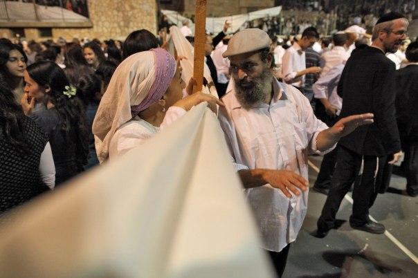 המוטיבציה לישיבה מעורבת כהשפעה מהסביבה הגויית. הקפות שניות, ירושלים. צילום: פלאש 90