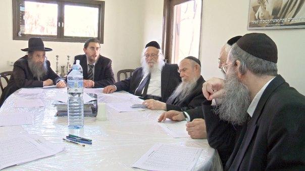 במרכז: ראשי ישיבת פוניבז', הרב גרשון אידלשטיין והרב ברוך דב פוברסקי. מתוך הסרט.