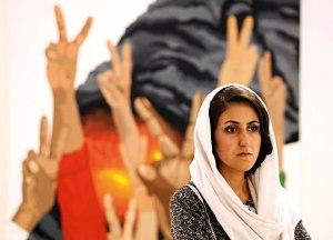 מבקרת בתערוכת אמנות העוסקת בזכויות אדם. טהרן 2010       צילום: EPA