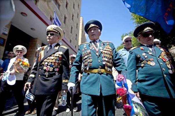 """ישראל כמדינה השש-עשרה של בריה""""מ לשעבר. בוגרי הצבא הרוסי במלחמת העולם השנייה צועדים בירושלים, 2012 צילום: EPA"""