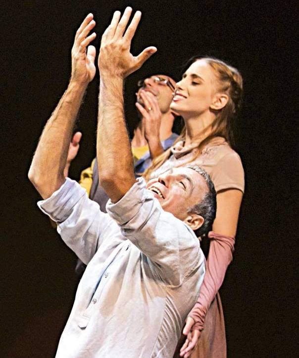 לא מוכרחים זקן ופיאות כדי ליהנות מהצגה חסידית. מתוך המחזה 'איש חסיד היה', תיאטרון הבימה   צילום: אליצור ראובני
