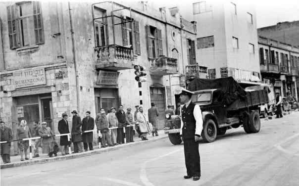 צלילי השפה הגרמנית כבשו את הרחוב התל־אביבי של אותה תקופה    צילום: ארתור רוסמן