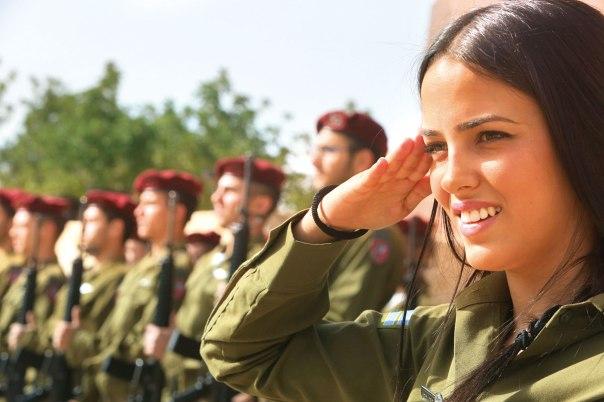 המדינה היחידה בעולם בה קיימת חובת גיוס לנשים. טקס יום השואה, יד ושם. צילום: מרים צחי