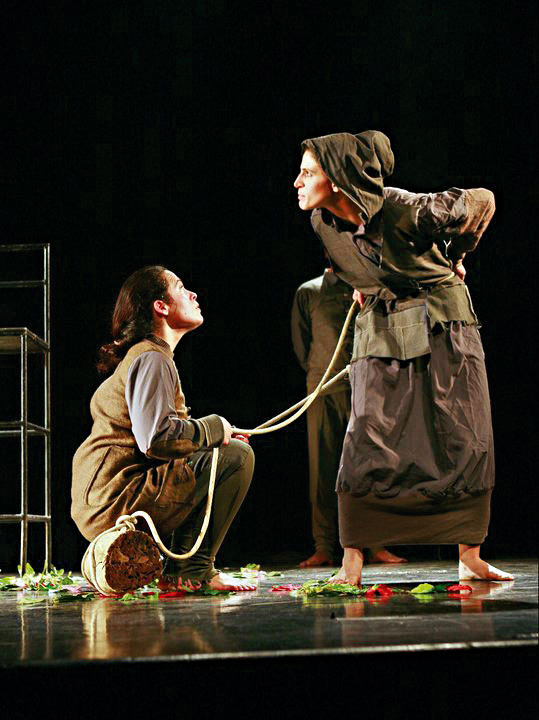 סצנות שלמות מתרחשות כשחבל נמשך בין השחקנים. מתוך ההצגה 'אדיפוס המלך'
