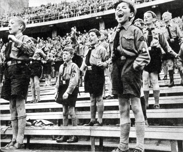 """השירה הופכת אלימה: """"העולם שייך לי"""". עצרת לנוער נאצי, גרמניה  צילום: thinkstock"""