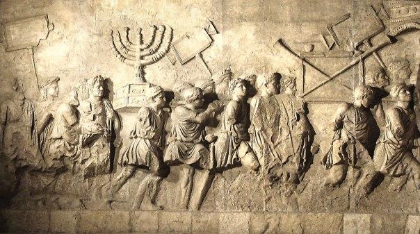 המנורה בהעתק שער הנצחון של טיטוס המוצב בבית התפוצות. צילום: steerpike