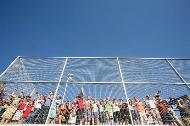 """""""המהפכה של החינוך אצלנו חייבת להיות רדיקלית"""". ילדים ליד גדר בית הספר. צילום: מרים צחי"""