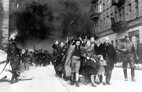 """נציגי מפ""""ם דרשו שבמרכזו של יום הזיכרון יעמוד מרד הגטאות. מורדי גטו וורשה מובלים על ידי חיילים, מאי 1943. מקור: ויקיפדיה"""