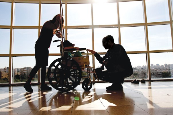 תפילה על החולה כנבואה. ילד חולה סרטן עם הוריו, בית החולים שניידר צילום: יוסי אלוני. למצולמים אין קשר לכתבה