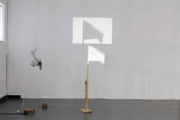 חומרים פשוטים ויומיומיים הופכים לסמל גדול. ללא כותרת (דגל), 2009