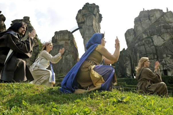 """קבוצות פגאניות מנכסות לעצמן את הנוף המכושף. מתוך הסרט """"אקסטרנשטיינה""""  צילומים: יעל סלומה"""