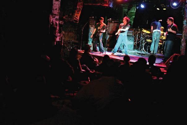 הזדמנות לחקור את נושא ההרס העצמי. מועדון רוק בניו יורק  צילום: getty images