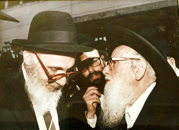 התייעצות נמשכת. הרב שלמה זלמן אוירבך (מימין) עם הרב יהושע נויבירט צילומים: פלאש 90