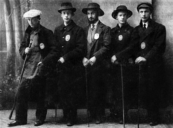 """כל אחד מהחברים הצמיד לבגדו אות מהמילה """"ציונה"""". ערב העלייה לארץ, פולין, תרע""""ג"""
