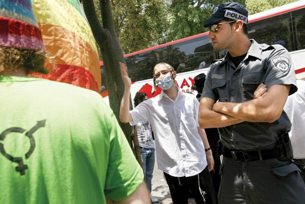 צעיר חרדי מתווכח עם משתתף במצעד הגאווה, תל אביב 2008  צילום: פלאש 90