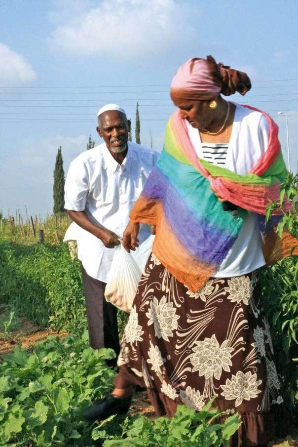 """לא נהנים מאור הזרקורים. חברי גרעין """"הנני"""" של הקהילה האתיופית בקריית גת  צילום: דני פנטהון"""