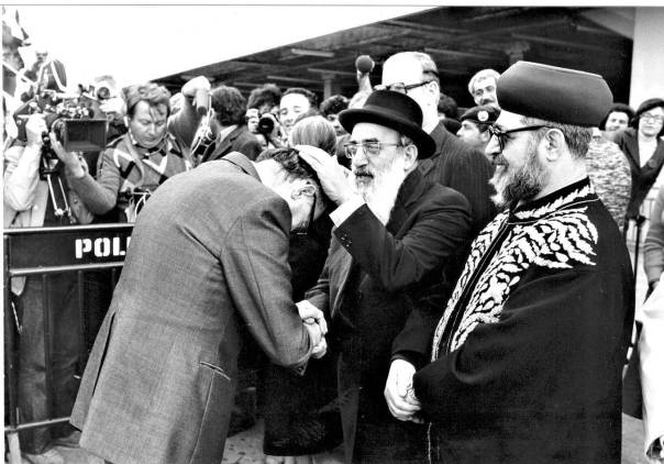 """""""הרב גורן גם אמר שזו לא ארץ ישראל. אז מה אתה רוצה?"""". בגין עם הרב גורן והרב עובדיה יוסף צילום: יעקב סער, לע""""מ"""