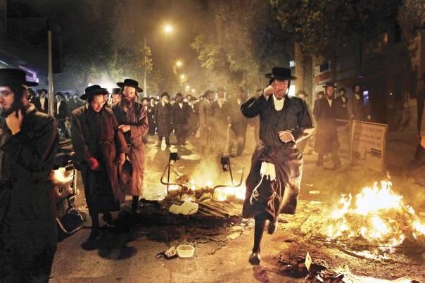 ההלכה מלאה בפתרונות. הפגנה נגד פינוי קברים.       צילום: פלאש 90