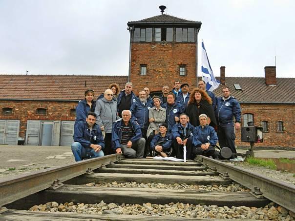 לקדם חשיבה אחרת על השואה. חברי המשלחת בכניסה לאושוויץ־בירקנאו צילום: משה אלפי, אלפים הפקות