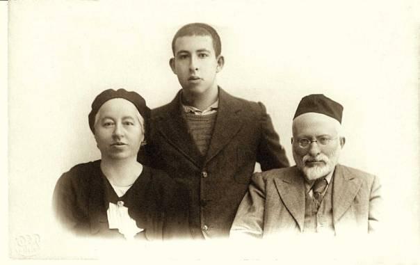 """יהודי של בית הכנסת. עמוס חכם (במרכז) עם הוריו, ד""""ר נח ונעמי חכם"""