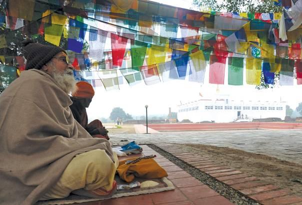 ההליכה בעקבות מורים רוחניים יכולה להפוך בקלות לעיוורת. בודהיסט במדיטציה ליד העץ שמתחתיו על פי המסורת נולד בודהה.    צילום: AFP