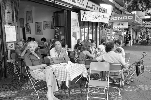 ביום שישי בצהרים מלא המקום סופרים, משוררים, אמנים. קפה כסית, תל אביב 1980 צילום: שמואל רחמני