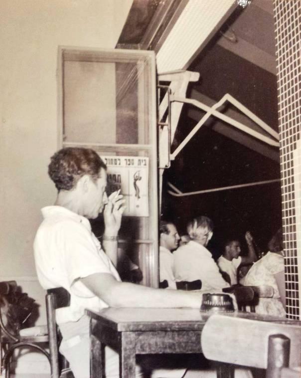 מגדולי משוררינו? אבות ישורון בבית קפה בתל־אביב            צילום: זולטן קלוגר