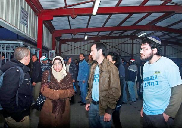 """חוגים דתיים וימניים חייבים לפעול למען ההגנה על זכויות האדם. מתנדבי ארגון """"זכויות אדם כחולבן"""" מסייעים לפועלים פלשתינים.          צילום: מרים צחי"""