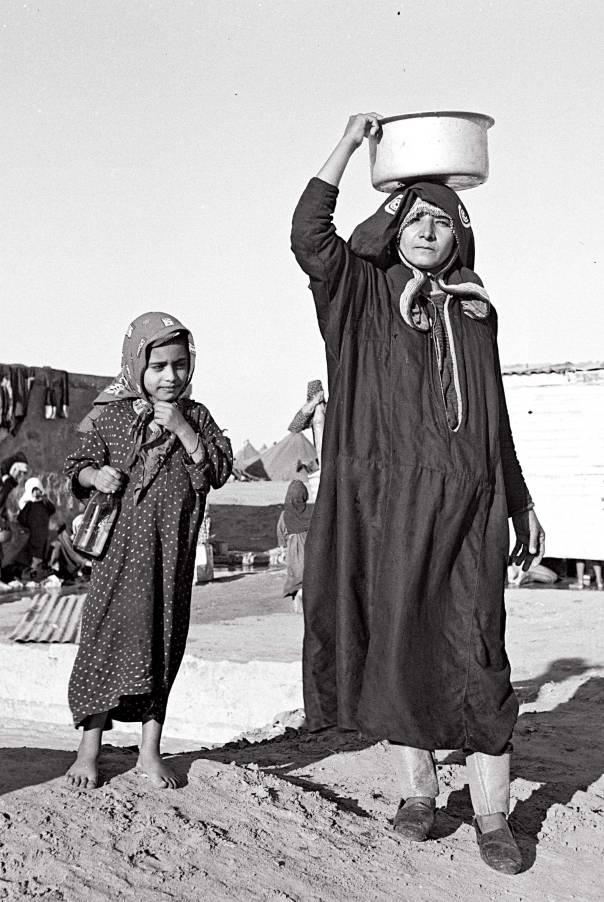 """לכודות בין תובענות הגברים ובין בנותיהן המרדניות. תימן, 1949 צילום: אלדן דוד, לע""""מ"""
