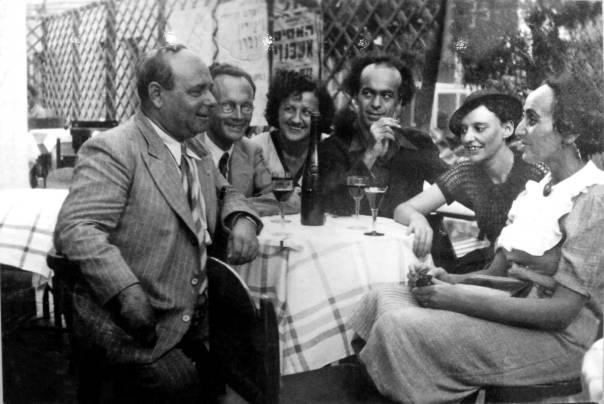 """למדה להסתיר מעין קוראיה ומבקריה את מכאובי־חייה. לאה גולדברג וחבורת """"יחדיו"""", 1938 אוסף פרטי של ליובה גולדברג, מוזיאון ארץ ישראל. צילום: יעל ויילר"""
