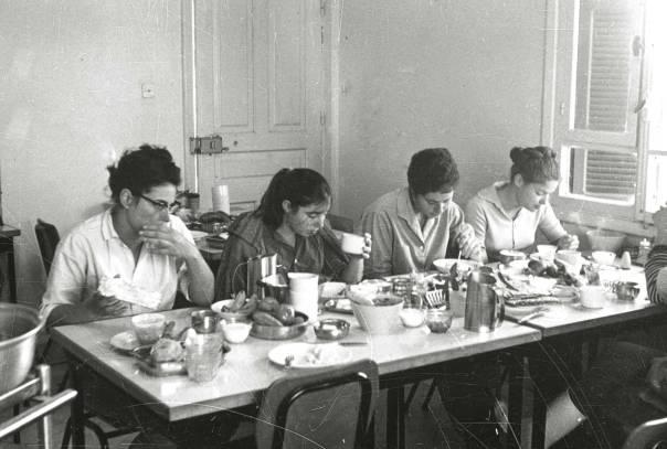 """עימות בין דור המייסדים הנוקשה והסגפן לחברת השפע הכובשת אותו. קיבוץ מרום גולן, 1970 צילום: זולטן קלוגר, לע""""מ"""