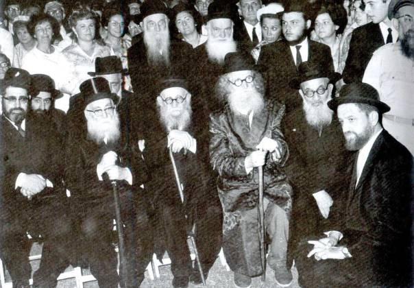 """בשבתו עם זקני הארץ. הרבנים שאר ישוב הכהן, מנחם אושפיזאי, הנזיר, ש""""י זוין, איסר יהודה אונטרמן ועובדיה יוסף"""
