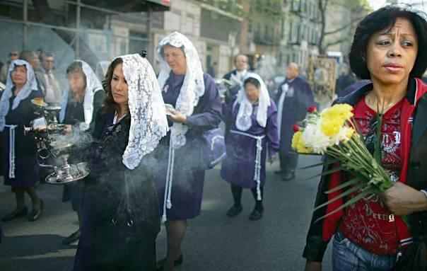 הדת הגדולה והצומחת ביותר בעולם. נוצרים קתולים בניו יורק                      צילום: גטי אימג'ס